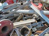 管道和在填埋场的铁生锈熨斗 — 图库照片