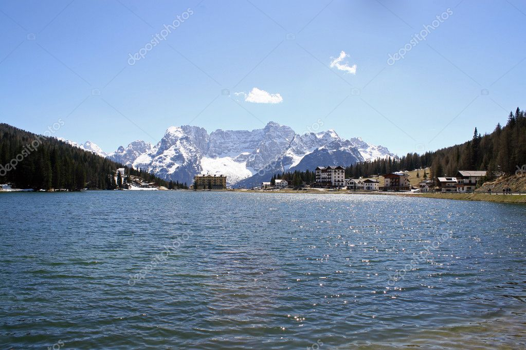 bleu lac misurina avec les montagnes des dolomites en arri re plan photographie chiccododifc. Black Bedroom Furniture Sets. Home Design Ideas