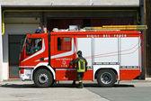 Πυροσβέστης για το πυροσβεστικό όχημα που είναι έτοιμος να πάει να σβήσει μια φωτιά — Φωτογραφία Αρχείου