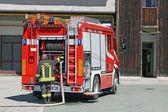 Bombeiro em ação inflama o caminhão de bombeiros para apagar um fogo — Foto Stock