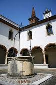 Kreuzgang des klosters mit dem alten brunnen in italien — Stockfoto