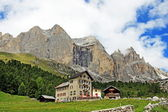 Alpine hut at the foot of the mountain in Val di Fassa — Stock Photo