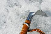 Yüksek dağlarda buz duvarına sıkıca sabit balta hook — Stok fotoğraf
