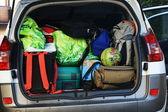 Mycket bil med koffert full av bagage redo för avgång av familjen h — Stockfoto