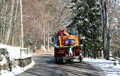 Lastbil med snöplog och sprida salt på isen på vintern — Stockfoto
