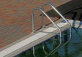 Leiter am rande eines schwimmbades — Stockfoto
