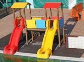 Röda och gula bilder i en pool för att roa barn — Stockfoto