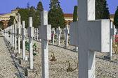 Groby nagrobki i krzyże cmentarza — Zdjęcie stockowe