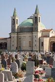 Kościół nagrobki i krzyże cmentarza — Zdjęcie stockowe