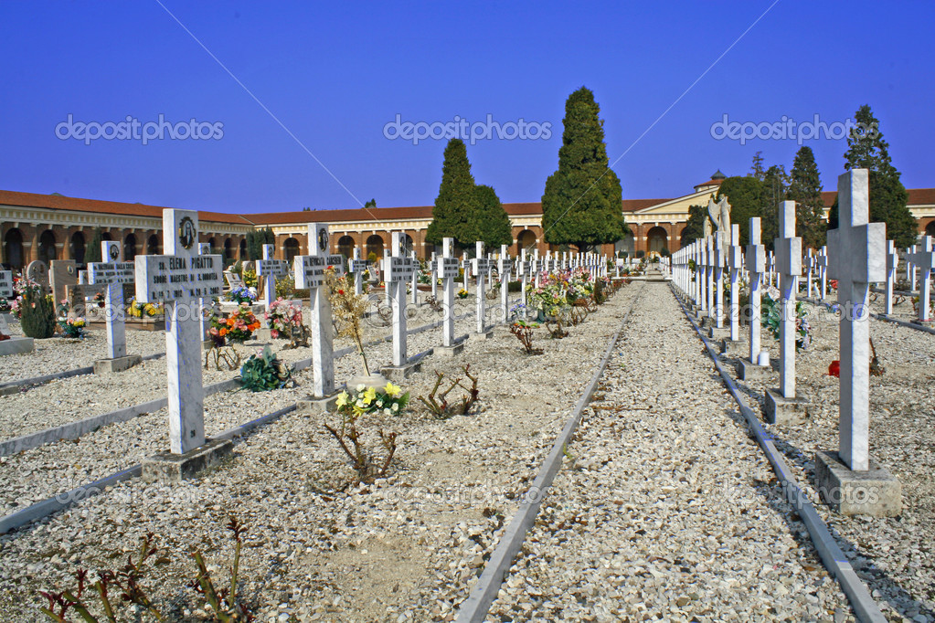 Graves  headstones and crucifixes of a cemetery in Italy — Stock Photo #9555158