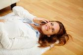 素敵な女性の携帯電話をかける — ストック写真
