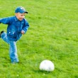 Child playing football — Stockfoto