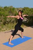 Jovem mulher fazendo yoga — Foto Stock