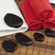 タオルに焦点を当てたタオル スパで黒い石 — ストック写真