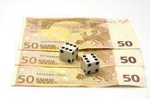 Dobbelstenen en geld, gericht op dobbelstenen — Stockfoto