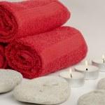 石やキャンドルで赤いタオル — ストック写真