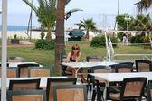 Beautiful girl in sunglasses at beach — Fotografia Stock