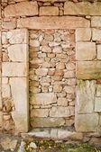 Staré betonové opevněné dveře — Stock fotografie