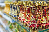 Antique arab teapot on a shelf in a shop — Stockfoto