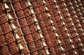 Mur z cegły z metalowa ozdoba — Zdjęcie stockowe