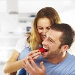 šťastný mladý pár spolu jíst jahody — Stock fotografie