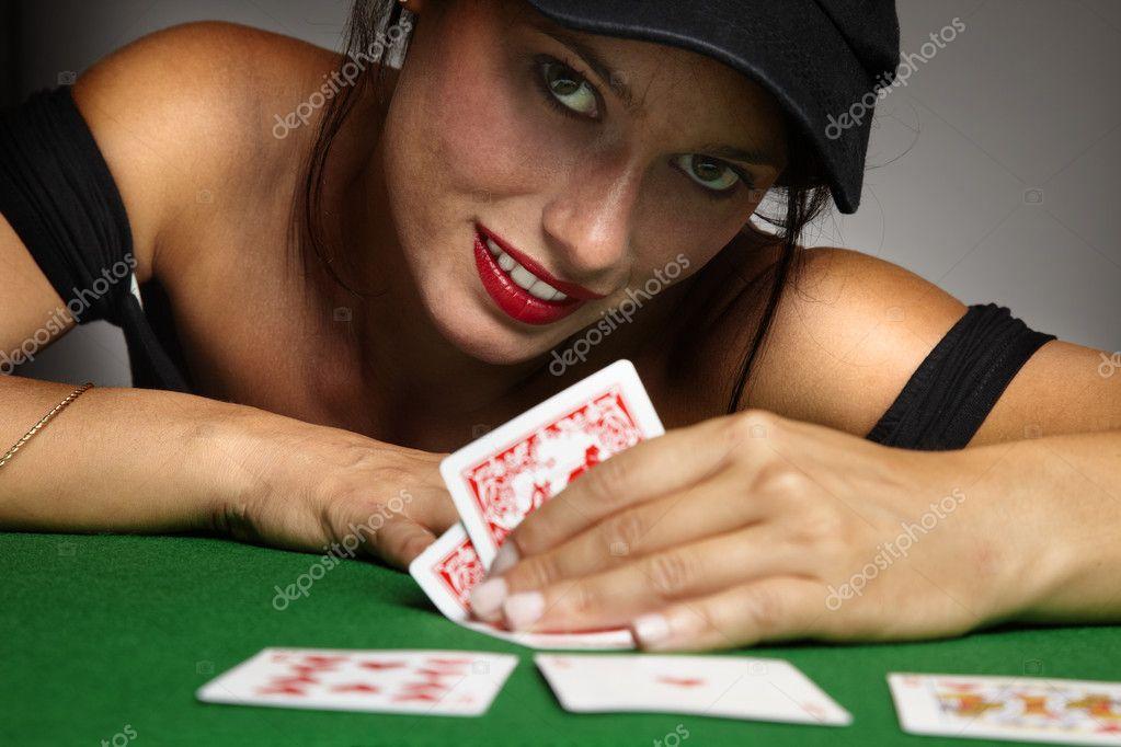 Играют в покер она сосет им член под столом 25