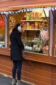 Brünette frau süßigkeiten an einem kiosk zu kaufen — Stockfoto