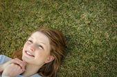 草で横たわる女 — ストック写真