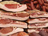 燻製ベーコン - 市場で生鮮食品 — ストック写真
