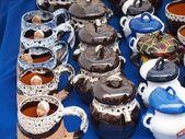 глиняная посуда продукты коллекция - различные цвета кружек и горшки тушеная — Стоковое фото