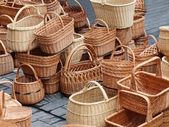 A nova pilha de amarelo diferentes cestas. — Foto Stock