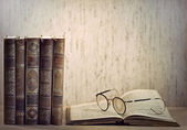 Vintage books and glasses — Stock Photo