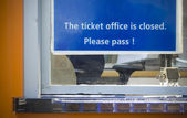 """Closed"" sign at a ticket office — ストック写真"