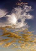 Bílé a žluté mraky v modré obloze — Stock fotografie