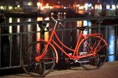 Amsterdam'da turuncu bisiklet — Stok fotoğraf