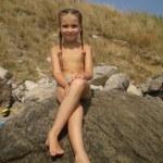 dziewczynka siedzi na skale — Zdjęcie stockowe #9888027