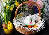 Traditionell påsk korg med välsignade mat och lamm — Stockfoto