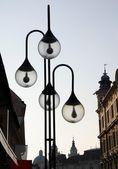 Decoratieve lantaarnpalen en panorama van ljubliana — Stockfoto