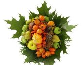 Autumn bunch with red oak leaves and various fruits — Stock Photo