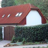 Casa com portões e hedge — Foto Stock