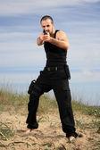 Guardia del corpo maschile con una pistola — Foto Stock