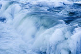 Kaskady na zamarzniętej rzeki — Zdjęcie stockowe