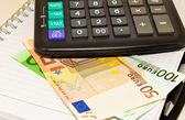 Calculadora, billetes y monedas de euro — Foto de Stock