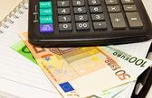 Kalkulačka, mince a bankovky eura — Stock fotografie