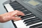 Mão tocando teclado eletrônico — Foto Stock