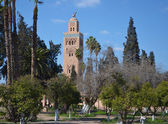 Mosque minaret and park in Marrakech — Stock Photo