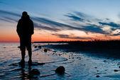 Podróżnik, patrząc na zachód słońca — Zdjęcie stockowe