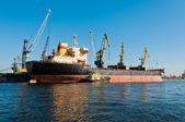 Big ship unloading in shipyard — Stock Photo