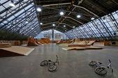 Skate park inredning och cyklar — Stockfoto