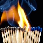 Brennende Streichhölzer Zündholz flamme rauch Qualm — Stock Photo #8445927